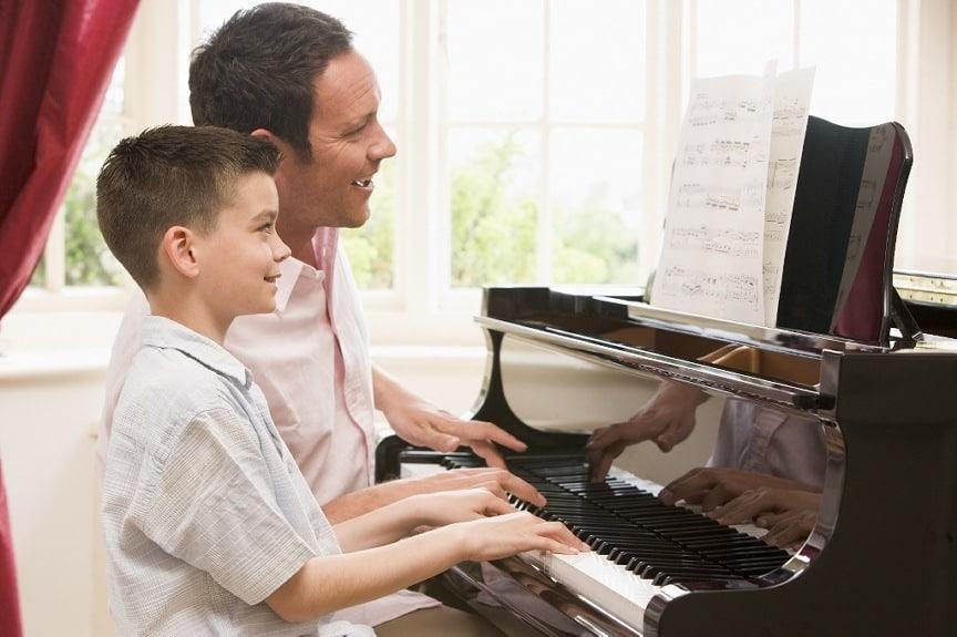 Piano leren spelen om je kind te helpen