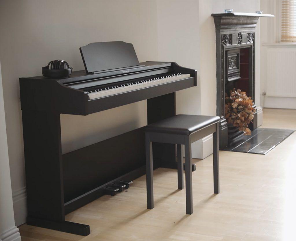 roland rp102 in huiskamer piano