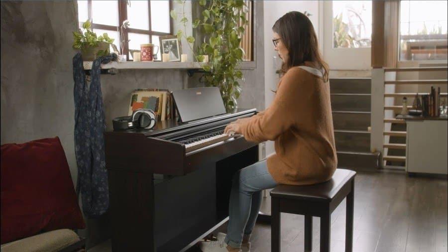 Yamaha YDP-144 met pianist